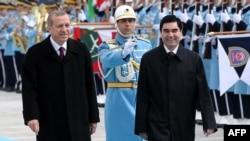 Түркия президенти Р.Т. Эрдоган(солдо) жана Түркменстандын президенти Г. Бердимухмамедов. Анкарадагы президент сарайындагы конок күтүү салатанты. 3-март 2015