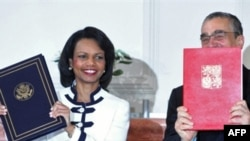 Чэскі міністар замежных справаў Карэл Шварцэнбэрг і дзяржсакратар ЗША Кандаліза Райс паказваюць дамовы аб радары пасьля іх падпісаньня 8 ліпеня 2008 году
