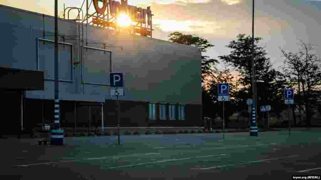 На часах 6:00. Над Симферополем поднимается солнце. Парковка возле торгового центра совершенно пустая