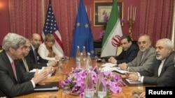 Sektetari amerikan i shtetit duke ofruar ngushëllimet e tij delegacionit iranian për vdekjen e nënës së presidentit iranian
