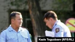 Полицейские на территории больницы. Алматы, 16 августа 2010 года.