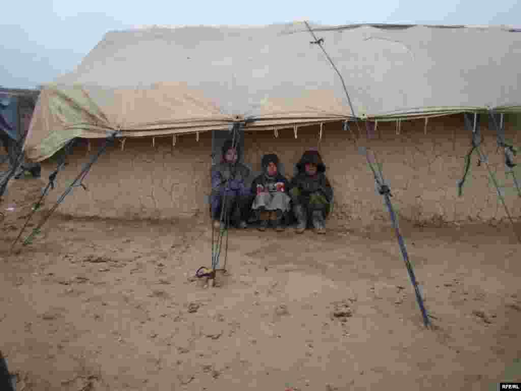 مهاجرین مناطق جنوب افغانستان در منطقه افشار کابل زیر خیمه ها زنده گی می کنند