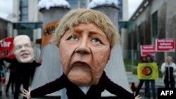 Протест пред офиса на Ангела Меркел, докато правителството приема плана