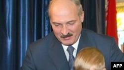 Олександр Лукашенко та його син Ніколай на виборчій дільниці, Мінськ, 28 вересня 2008 р.