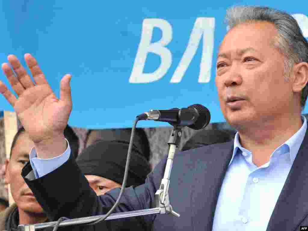 Курманбек Бакиев попытался выступить на митинге своих сторонников в Оше, 15 апреля 2010 года.