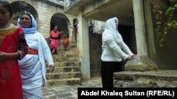 نازحون داخل معبد لالش الأيزيدي
