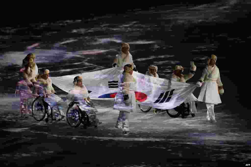 Сборные Северной Кореи и Южной Кореи выступают на Паралимпиаде по отдельности. Во время Олимпиады атлеты этих стран в некоторых видах спорта выступали в составе одной команды.