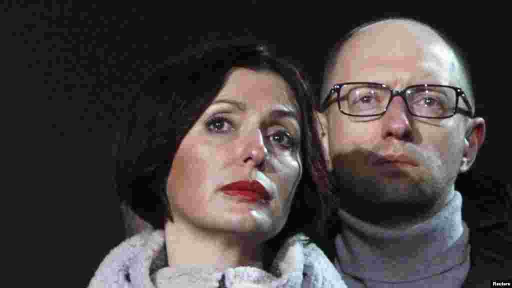 Арсеній Яценюк разом із дружиною бере участь в акції вшанування пам'яті загиблих на Майдані. Лютий 2015 року
