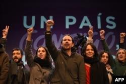 """Пабло Иглесиас (в центре) в окружении соратников по партии """"Подемос"""""""