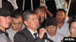 Оппозиция лидерлери шайлоо күнү кечинде чогулган элдин алдында 2-3 күндөн кийин чечкиндүү кадам жасаарын айткан.