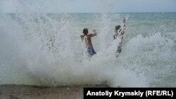 Шторм в Николаевке: как отдыхают на курорте под Симферополем (фотогалерея)