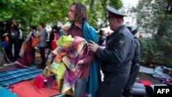 Полицейские вытесняют активистов из лагеря на Чистых прудах в Москве, 16 мая 2012