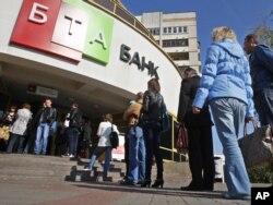 Очередь к окошку обмена валют в БТА банке. Минск, 19 сентября 2011 года.