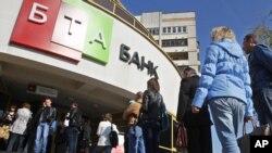Очередь в обменный пункт в БТА банке. Минск, 19 сентября 2011 года.