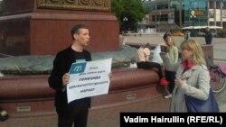 Қырым татар белсенділерінің қуғындалуына қарсы жалғыз адамдық пикет өткізіп тұрған Дамир Мұхамадаев.