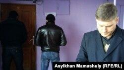 Юрист Сергей Уткин (справа) у входа в офис редакции Nakanune.kz, доступ к которому заблокирован мужчинами в штатском. В помещении редакции ведется обыск. Алматы, 18 декабря 2015 года.