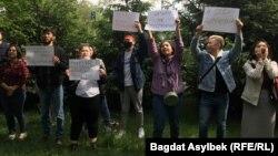 Активисты «Oyan, Qazaqstan» у здания полиции требуют освободить администратора паблика Qaznews24 Темирлана Енсебека. Алматы, 15 мая 2021 года.
