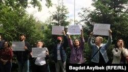 Активисты «Oyan, Qazaqstan» пришли в отделение полиции, чтобы выразить поддержку Темирлану Енсебеку в Алматы. 15 мая 2021 года.