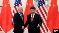 Лидер Китая Си Цзиньпин встречается с вице-президентом США Джо Байденом в Большом народном зале в Пекине. 4 декабря 2013 года.