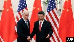 Джо Байденнің АҚШ вице-президенті болып тұрған кезде Қытай басшысы Си Цзиньпинмен кездесуі. 2013 жыл.