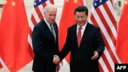 Вице-президент США Байден (слева) и лидер Китая Си Цзиньпин в Пекине, 2013 год.