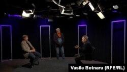 Vasile Botnaru cu oaspeții săi, Nicolae Negru și Vitalie Călugăreanu, în studioul Europei Libere