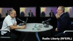 Адам Михник, справа, в студии Радио Свобода в 2015 году
