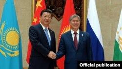 Председатель КНР Си Цзиньпин (слева) и президент КР Алмазбек Атамбаев