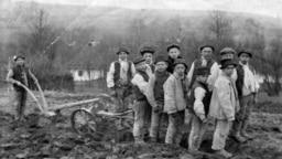 Szántás, 1920. Ma már valamelyik programból lenne egy pályázati traktor.