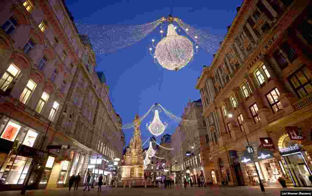 Bécsben a népszerű Graben bevásároló utcán minden évben karácsonykor hömpölyögnek az emberek. 2020-ban más kép fogadja az embert.