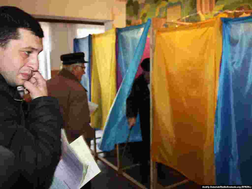 Спостерігачі повідомляють, що у Кривому Розі на одній із виборчих дільниць продавали спиртне та проводили несправжній екзит-пол.Більше про цеВінниця, 31 жовтня