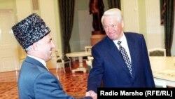 Аслан Масхадов ва Россиялъул президент Борис Ельцин. Москва, Кремль