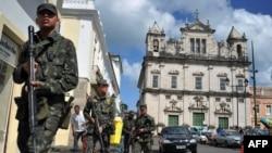 Армейский патруль на улицах города Салвадор
