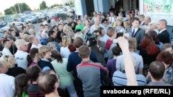 Толпы людей в Минске стоят в очередях в пункты обмена валют