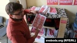 Павал Белавус паказвае новы дызайн для вышымайкі