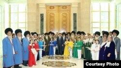 """Prezident Berdimuhamedow dabara gatnaşyjylar bilen surata düşdi. """"Türkmenistan: Altyn asyr"""" saýtynyň suraty"""
