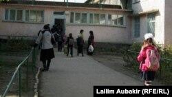 Учащиеся у входа в школу. Иллюстративное фото.