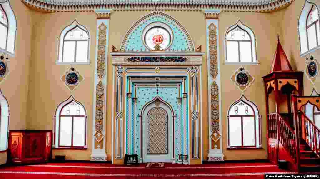 Divardaki oyuqqa mihrab deyler, o Mekke tarafını köstere. Ondan sağ taraf - imam cemaat namazından evel hutbe aytqanminberi. İlk namaz mında 2014 senesi baarde qılınğan edi