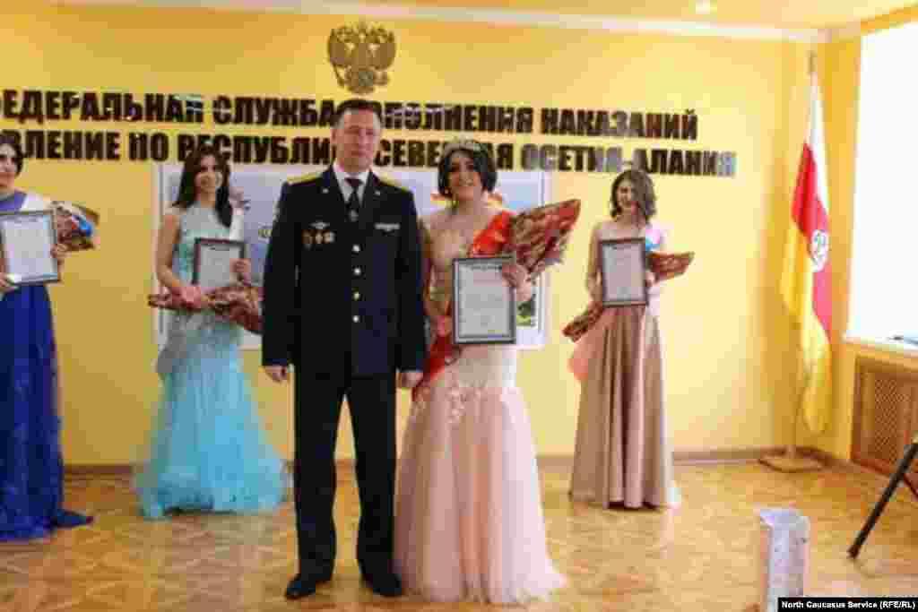 Участницы получилипризы и дипломы, а победительница - и корону из рук начальника УФСИН по Северной Осетии ЮрияЕмельянова