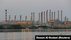 İranın Abadan neftayırma zavodu