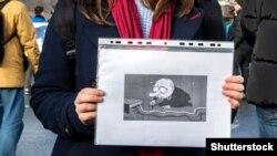 Karikatura koju drži učesnik protesta za internet slobode u Moskvi u martu