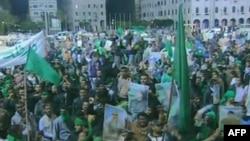 Сторонники Муамара Каддафи. Кадр из репортажа государственного телевидения