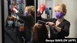 Frizerka sa zaštitnom maskom u Kijevu nakon otvaranja poslije višemjesečnog karantina, 11. maj, Ukrajina