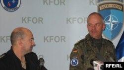 Prishtinë, 9 dhjetor 2009 - Komandanti suprem i NATO-s për Evropë, admirali Xhejms Stavridis, gjatë konferencës së përbashkët me komandantin e KFOR-it, gjeneralin gjerman Markus Bentler.