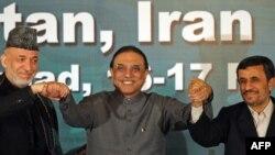 Асиф Али Зардари (во средината) на неодамнешната средба со колегите од Иран и Авганистан