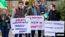 Пікетування активістами Генерального консульства Угорщини в Ужгороді, 13 жовтня 2017 року