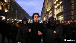 بازداشت معترضان در روسیه توسط پلیس پس از حوادث اوکراین.