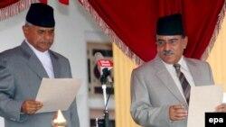 Непалдык маоисттердин жол башчысы Пушпа Камал Дахал (солдо) премерликтен кетти.