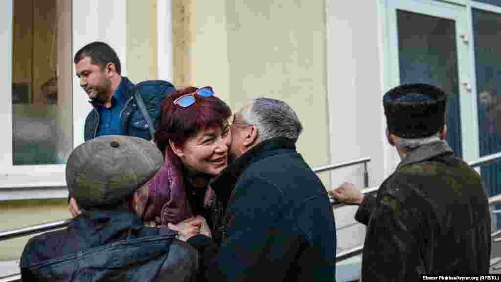 Aliye Degermenci aqayı Bekir ev apsine avuştırılğanını ögrengen soñ Kiyev rayon mahkemesiniñ binası ögünde