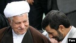 آقای رفسنجانی، که هنوز به مبانی سياست خصوصی کردن اقتصاد در دوران دوم رياست جمهوری خود پای بند است، بارها دولت احمدی نژاد را به تضعيف بخش خصوصی متهم کرده است.(عکس: فارس)